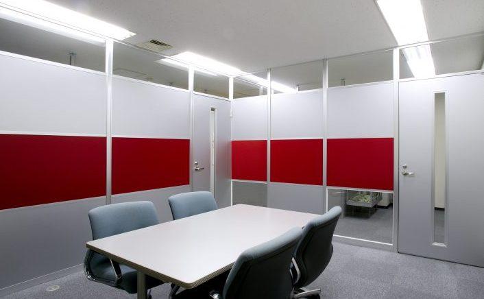 アルミ素材のシルバーのパーティションと赤いパーティションのオフィス会議室事例