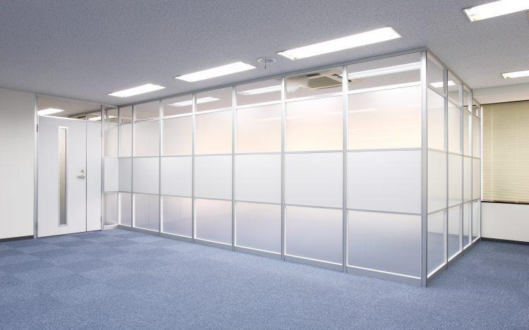 アルミ素材の白いパーティションとガラスパーティションの会議室事例