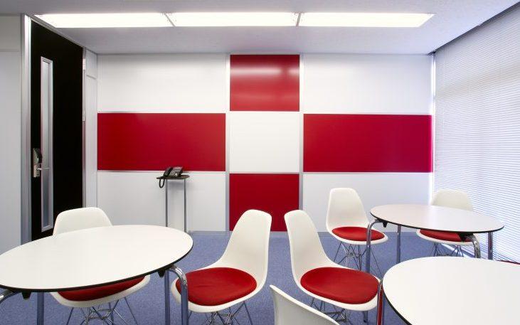 アルミ素材の白いパーティションと赤いパーティションのオフィス会議室事例