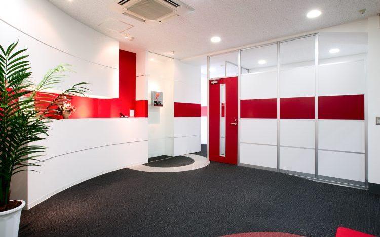 アルミ素材の白いパーティションと赤いパーティションのオフィスエントランス事例