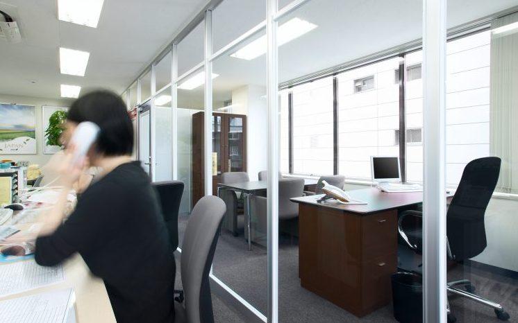 アルミ素材のガラスのパーティションのオフィス事例