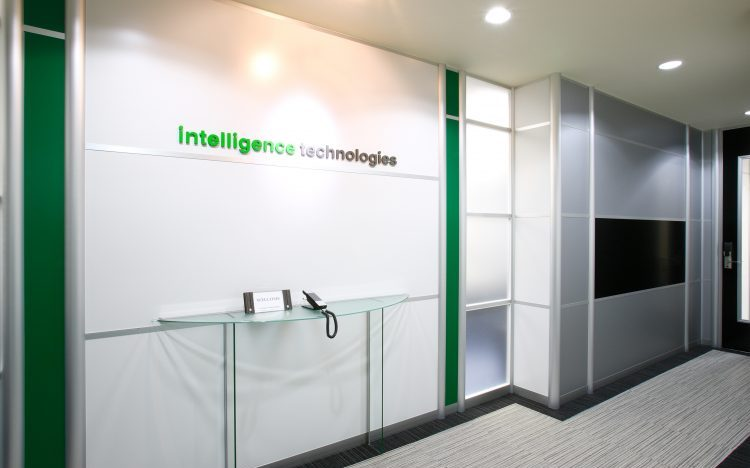 アルミ素材の白いパーティションと緑色のパーティションのオフィスエントランス事例