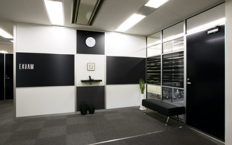 アルミ素材の白いパーティションと黒いパーティションのオフィスエントランス事例