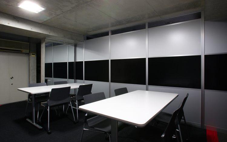 アルミ素材の黒いパーティションとシルバーのパーティションを使用したオフィス会議室事例