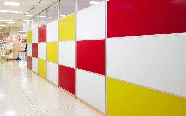 アルミ素材の赤いパーティションと白いパーティションと黄色いパーティションのオフィス事例