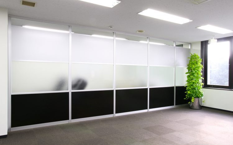 アルミ素材の黒いパーティションとガラスのパーティションのオフィス事例