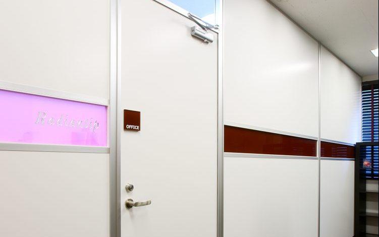 アルミ素材の白いパーティションとピンク色のアクリルを使用したオフィス事例