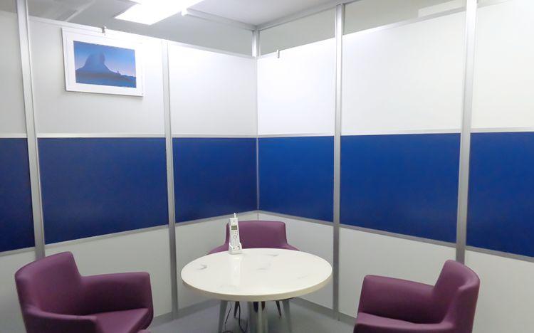 アルミ素材の青いパーティションと白いパーティションの会議室事例