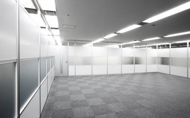 アルミ素材の白とガラスのパーティションのオフィス事例