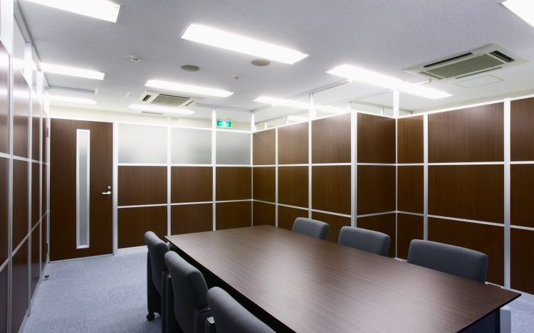 アルミ素材木目のパーティションのオフィス会議室事例