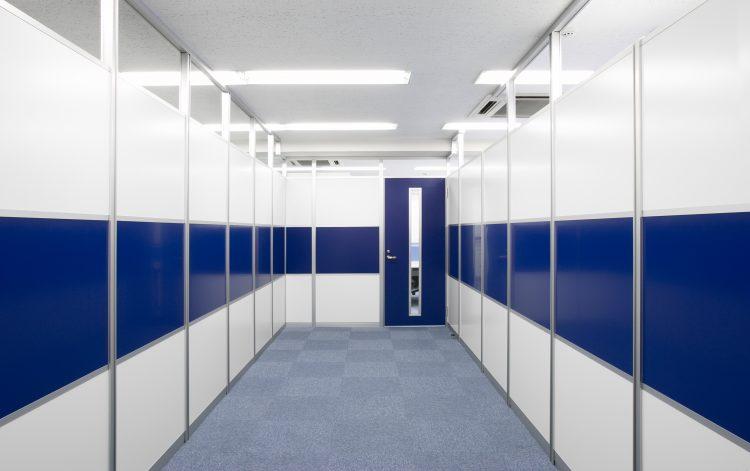 アルミ素材の青と白のパーティションオフィス事例
