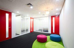 執務室はコミュニケーションも取りやすいローパーテーションで!